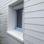 Bardage PVC avec appui de fenêtre et joues d'encadrement polyester