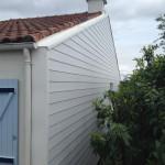 Bardage PVC avec couvertine de toiture en polyester